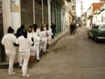 El grupo de Laura Pollán a media cuadra de la casa de esta, que es la sede de Las Damas de Blanco.