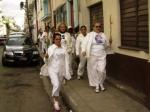 Laura con el segundo grupo dirigiéndose hacia su casa, que es la sede de Las Damas de Blanco.
