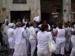 Congregadas frente a la casa de Laura Pollán, en Neptuno #963, e/ Aramburo y Hospital, en Centro Habana.
