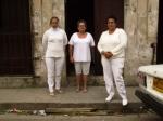 Tres Damas de Blanco en la puerta de la calle, preocupadas por la demora de los otros dos grupos y esperando su regreso.