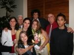 Con su familia (al centro, con su sobrina y madre. Detrás, Yunia, su hermana, su cuñado, esposo Reinaldo, su padre y su hijo Teo)